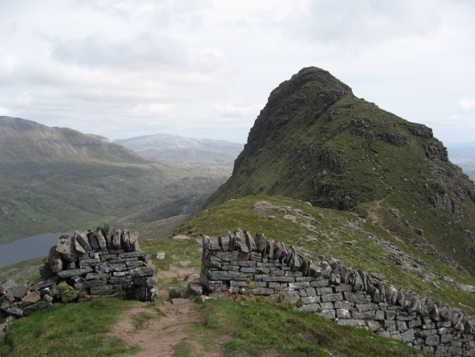 Someone else's photo of the stone wall across Suilven's ridge (from: http://hawkins.cx/gallery/main.php/v/scotland_june2008/IMG_1346.JPG.html)